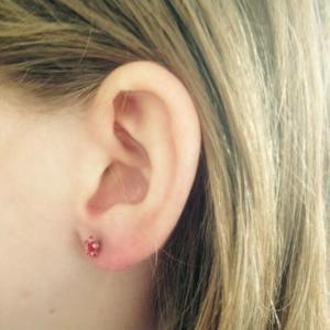 Eerste Studex oorknopjes voor zusjes uit Zweden